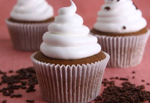 Prepare muffins de chocolate com merengue italiano